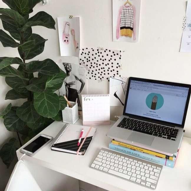 19. Plantas trazem um toque fresco e natural para a decoração do escritório pequeno. Foto: Meg e Meg