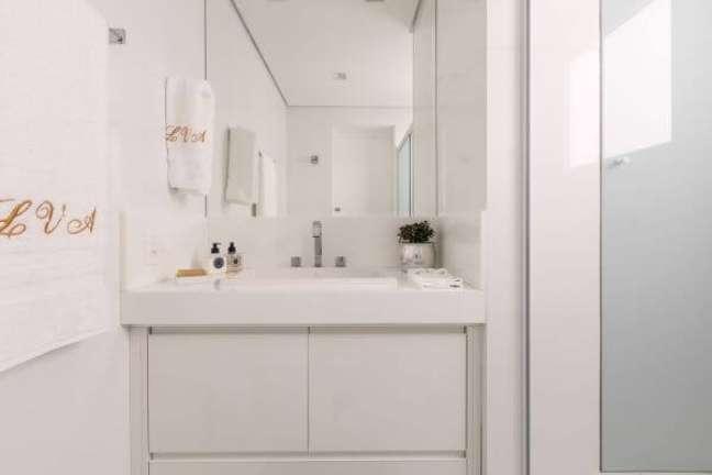 15. Bancada de quartzo branco para banheiro minimalista – Foto Vanessa trad