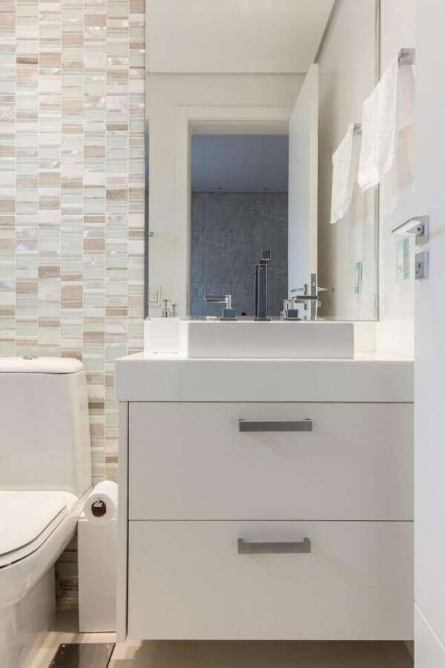 14. Decoração clean com gabinete para banheiro branco pequeno – Foto: Patrícia Lopes