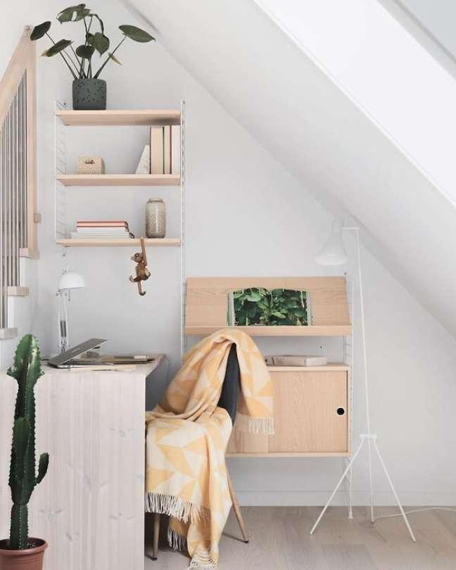 57. Escritório pequeno com decoração minimalista. Foto: Heem