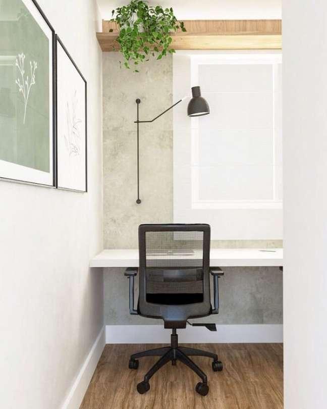 10. Vasos de plantas são sempre bem-vindos na decoração de escritório pequeno. Foto: Monica Backes Arquitetura