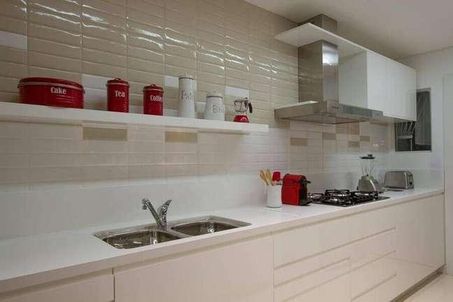 59. Gabinete de pia branco para decoração de cozinha planejada – Foto: Cristina Reinert