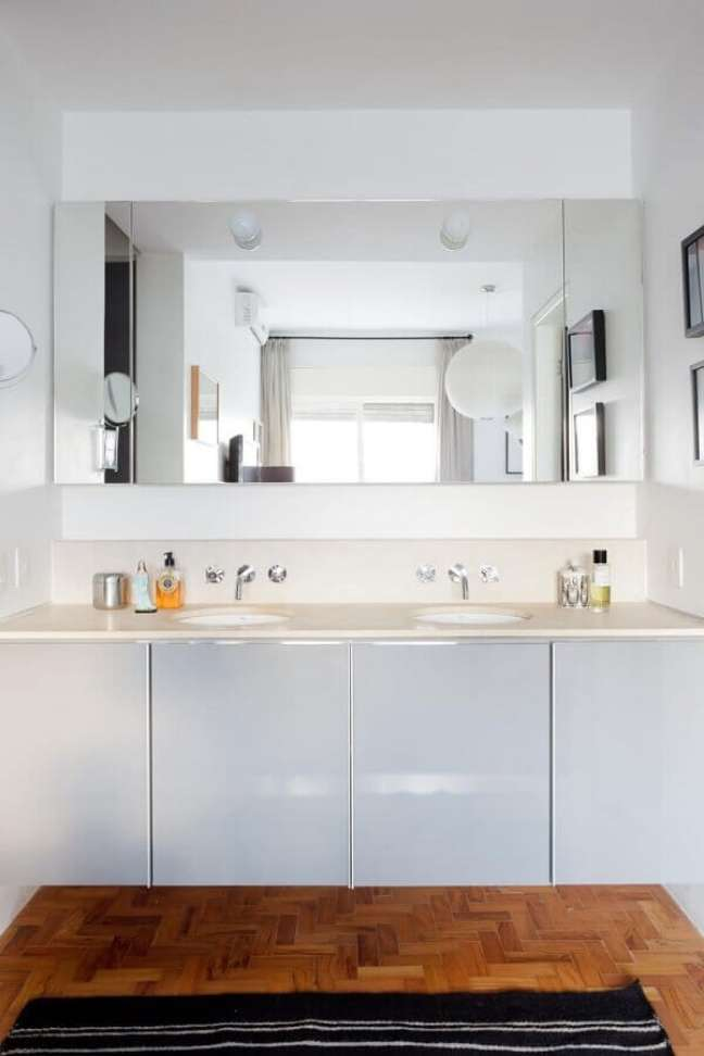 33. Decoração para banheiro planejado com espelheira e gabinete branco – Foto: Mauricio Arruda Design
