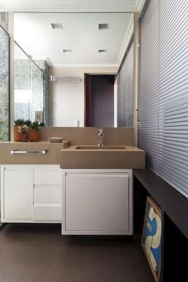 32. Decoração moderna com gabinete branco para banheiro planejado – Foto: Ana Yoshida