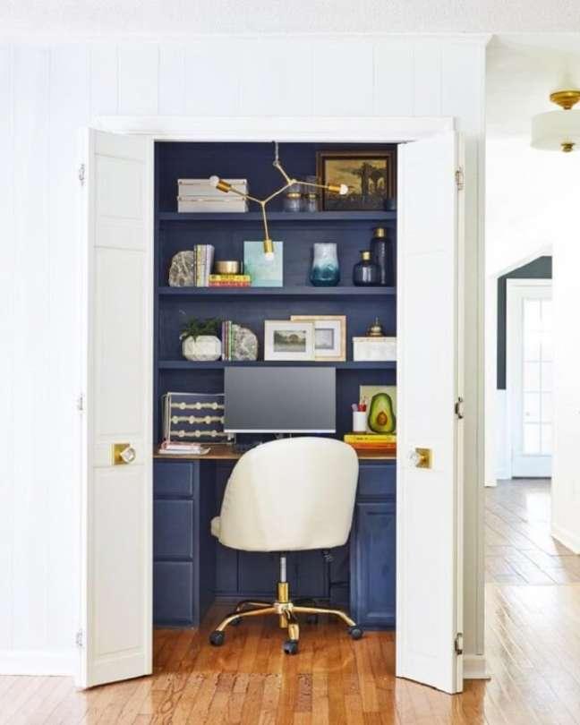 28. Na falta de espaço invista em um escritório pequeno no quarto dentro do armário. Foto: Gloopia