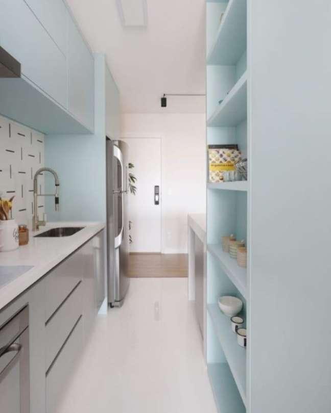 43. Cozinha em tons claros com bancada de quartzo branco e armários cinza claro charmosa – Foto Studio 92 Arquitetura