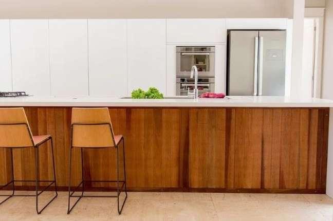 32. Cozinha branca com bancada de madeira e superfície de quartzo branca – Foto Paulo Azevedo