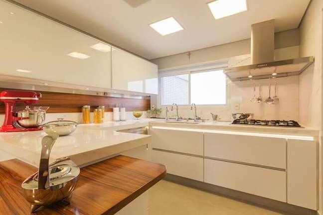 28. Decoração de cozinha em U planejada com gabinete branco – Foto: Enzo Sobocinski