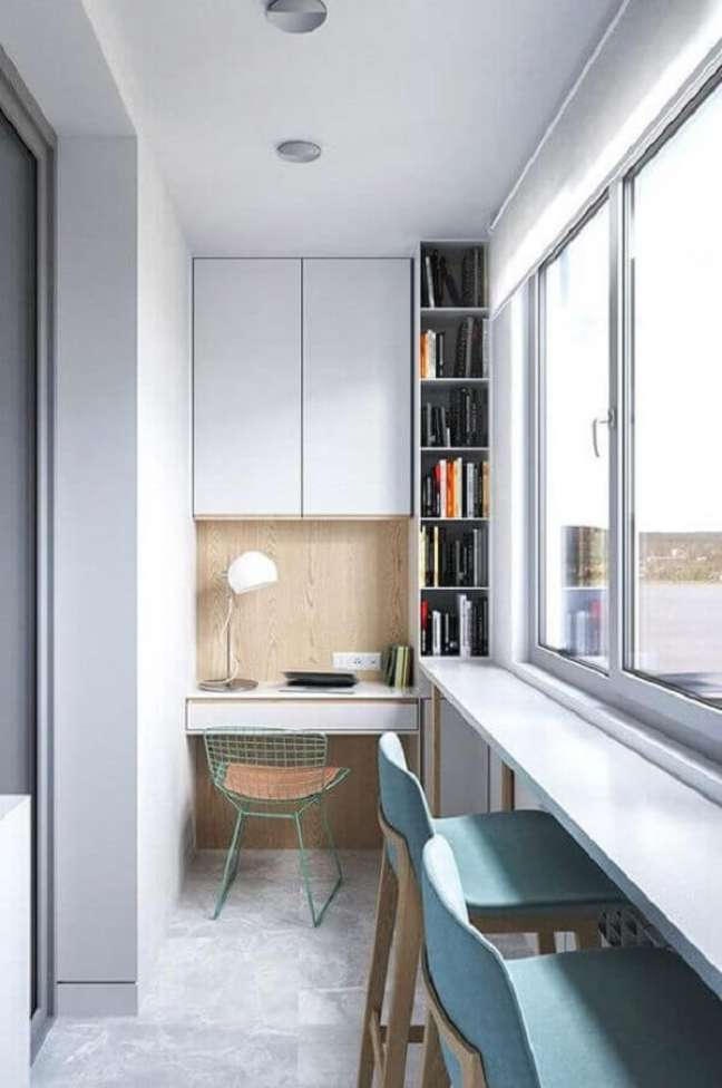 23. Os móveis planejados para escritório pequeno ajudam a otimizar o espaço do projeto. Foto: Revista VD