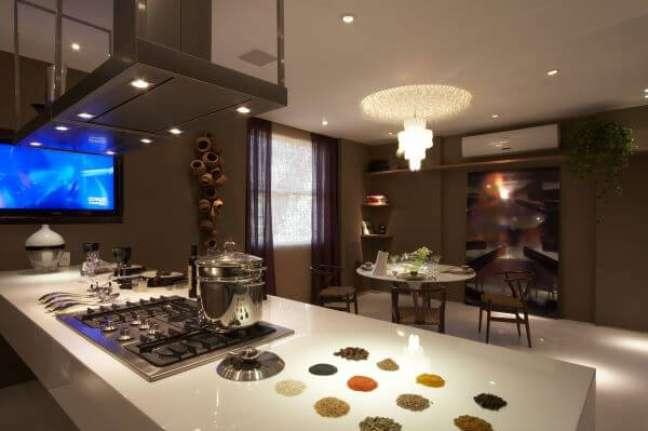 12. Bancada de quartzo branca para cozinha com ilha gourmet – Foto Studio Marcio Michalua