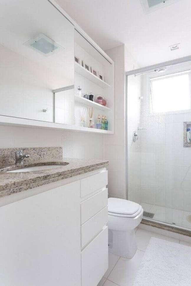 25. Decoração de banheiro com espelheira e gabinete branco suspenso – Foto: Kali Arquitetura