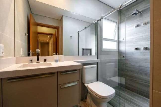 24. Banheiro com bancada de quartzo branco e pia esculpida – Foto 2MArquitetura e Interiores