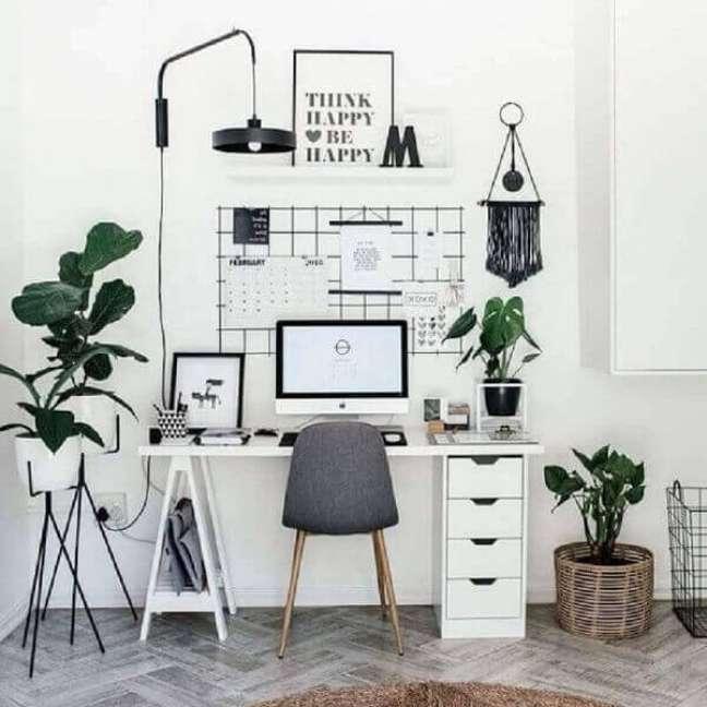 50. Escritório pequeno e simples com vários vasos de plantas. Foto: Webcomunica