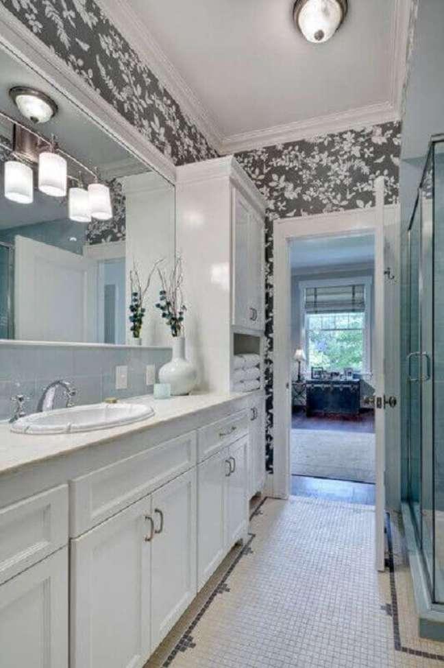 38. Gabinete branco antigo para decoração de banheiro com papel de parede preto – Foto: Callender Howorth