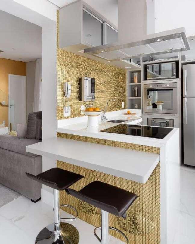 50. Cozinha pequena com bancada de quartzo em L e banquetas – Foto Monise Rosa Arquitetura