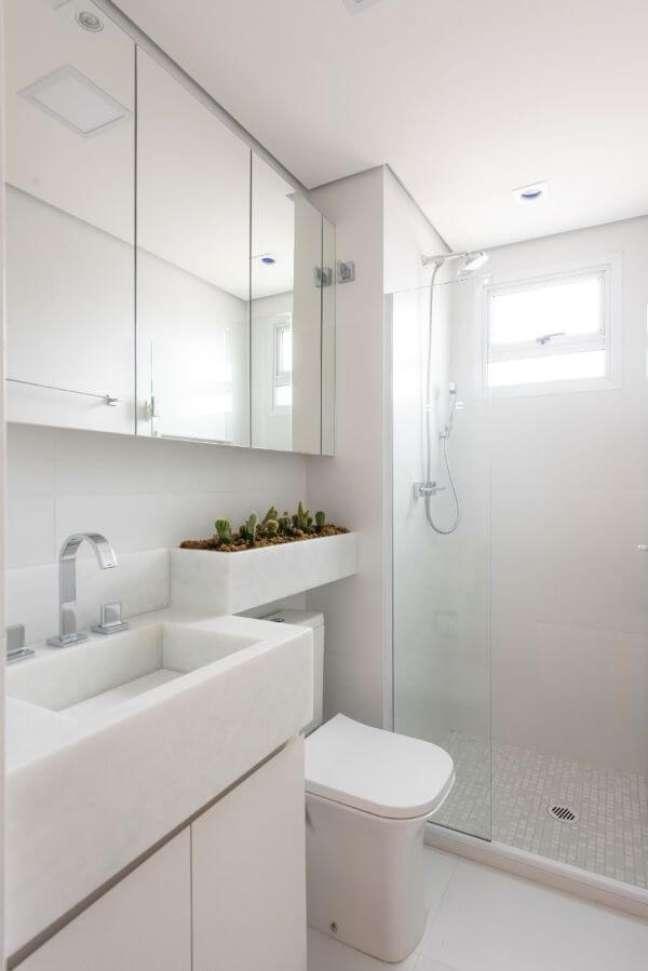 8. Banheiro com bancada de quartzo branco e espelheira – Foto Mis Arquitetura e Interiores
