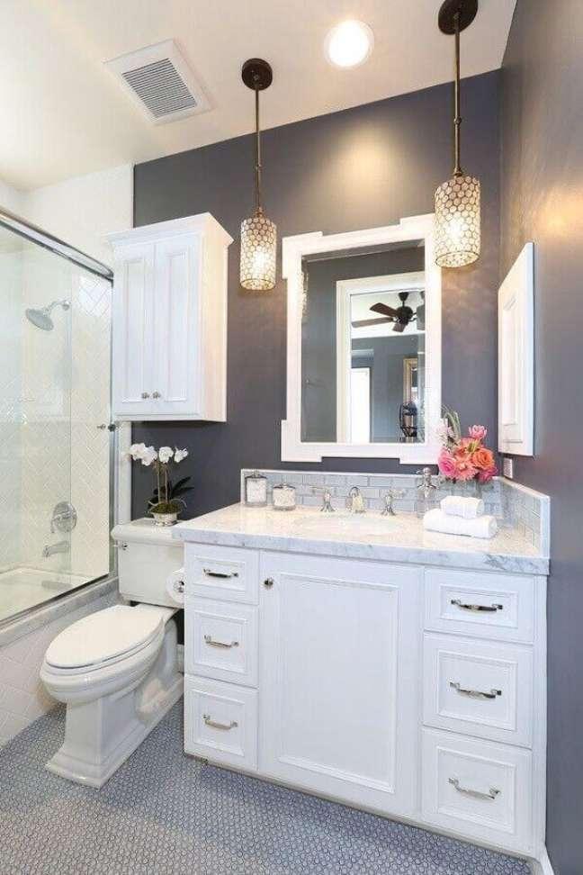 24. Decoração de banheiro cinza com luminária pendente e gabinete branco – Foto: Blackband Design