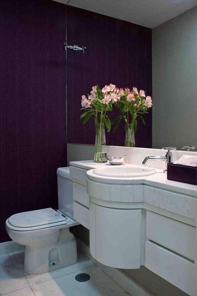 30. Decoração de lavabo planejado com papel de parede roxo e gabinete branco – Foto: Decor Fácil