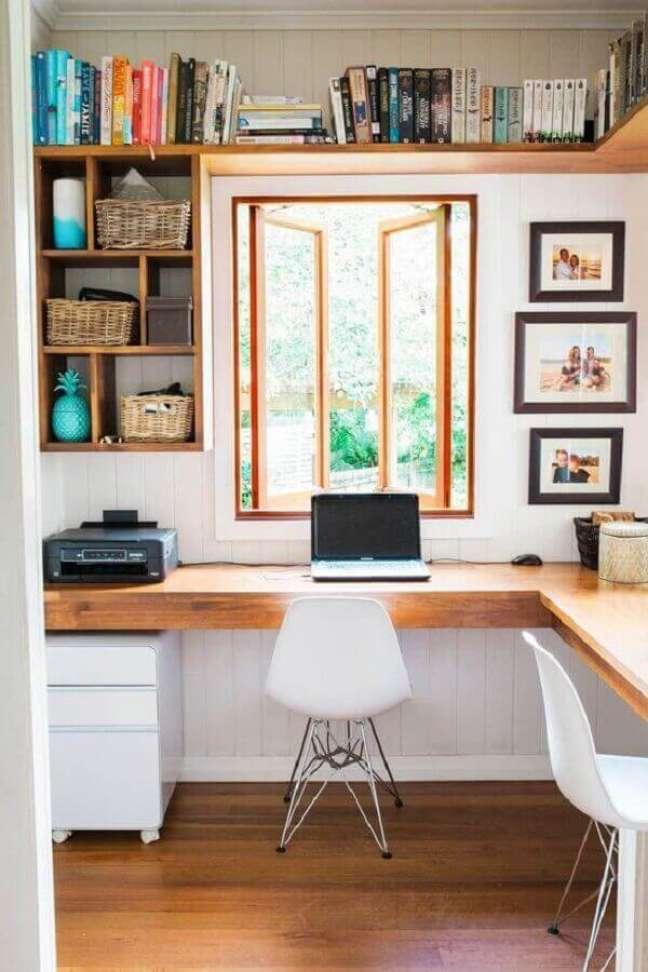 48. Ideias de escritório pequeno com bancada de madeira. Foto: Jeito de Casa