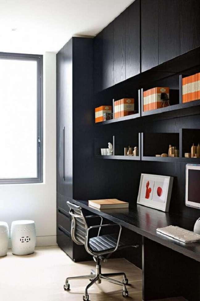 20. Os móveis planejados para escritório pequeno ajudam na organização do espaço. Foto: Decostore