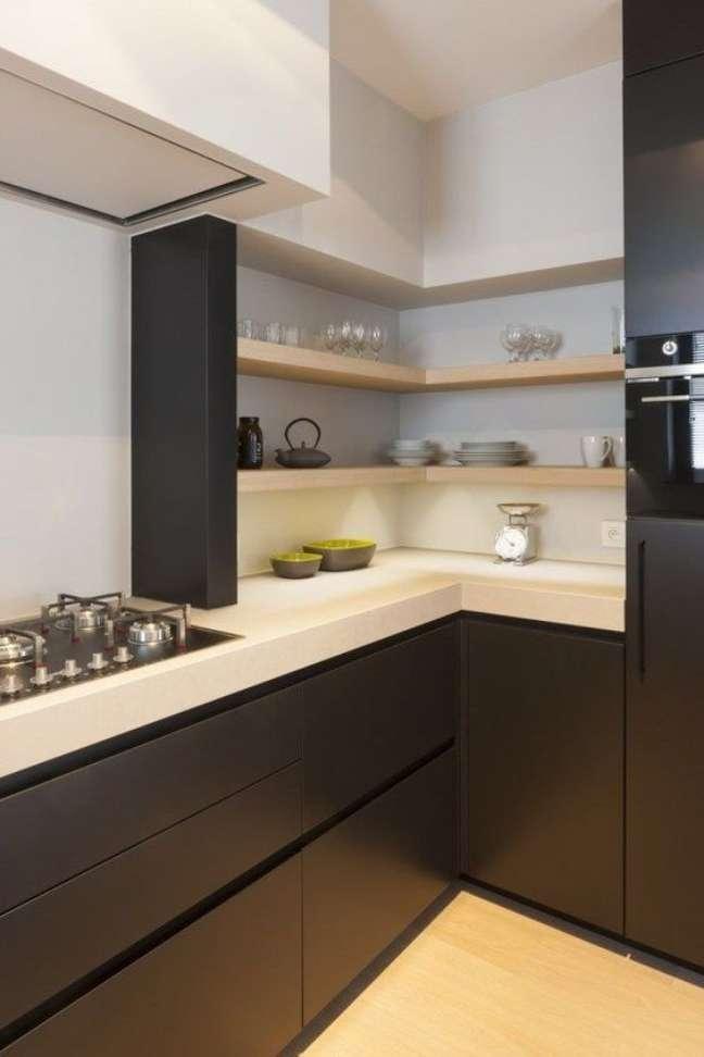 47. Cozinha moderna com bancada de quartzo branco e armários pretos – Foto Juma Architects