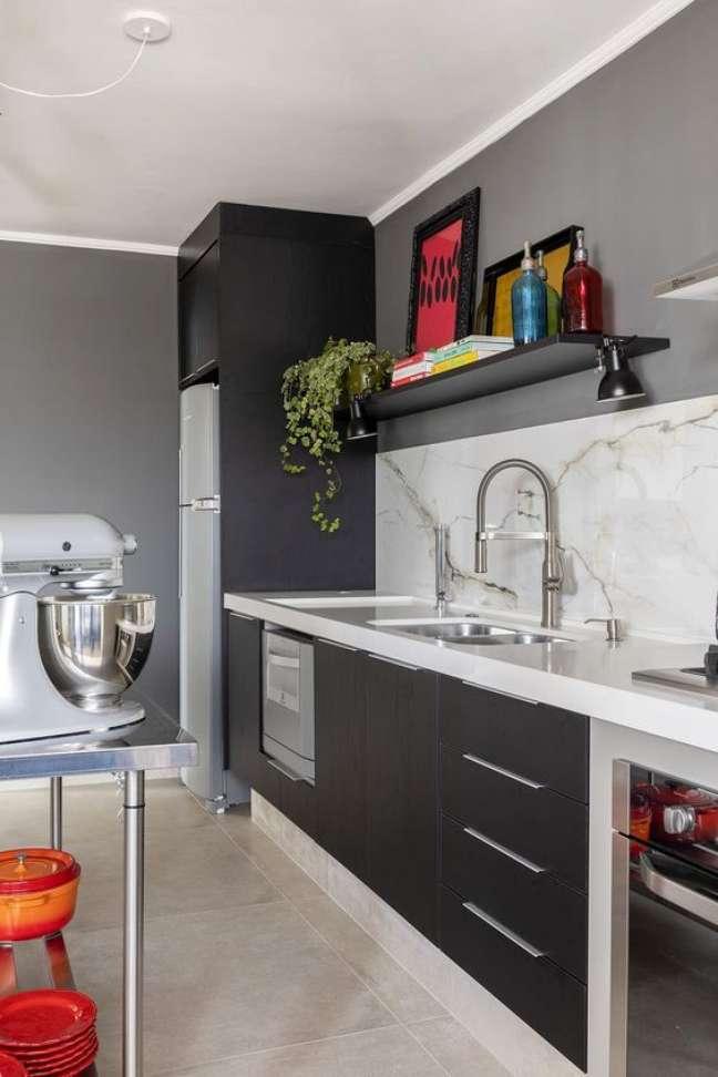 33. Cozinha cinza com bancada de quartzo branca e balcão de inox – Foto Robert Robl