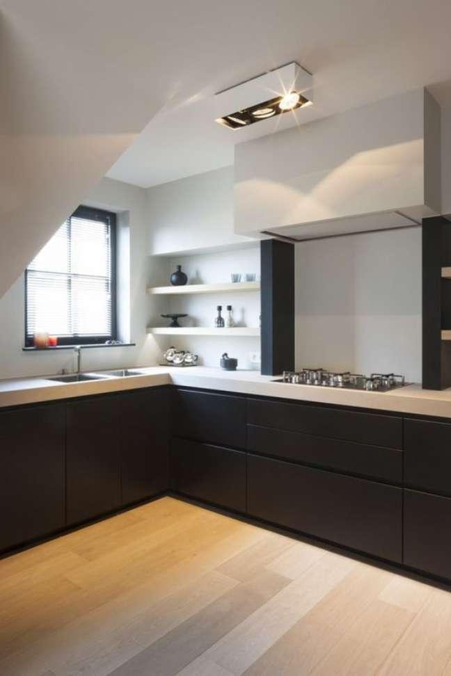 42. Cozinha em l com bancada de quartzo branco e armários pretos – Foto Juma Architects