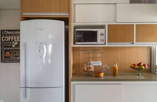 2. Cozinha planejada com bancada de quartzo bege – Foto Ana Yoshida