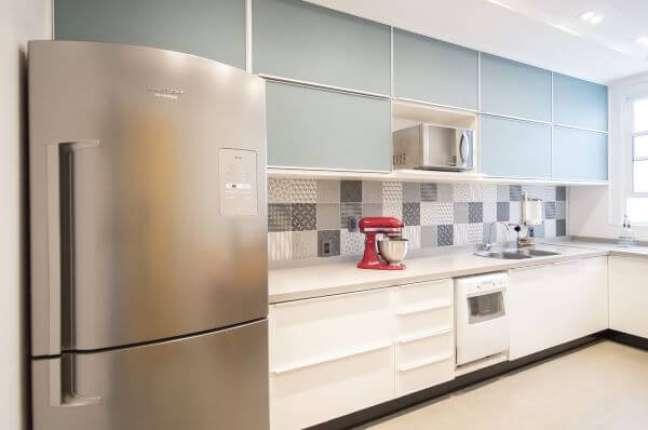 36. Cozinha com bancada de quartzo branco e armários azul claro – Foto Vitral Arquitetura