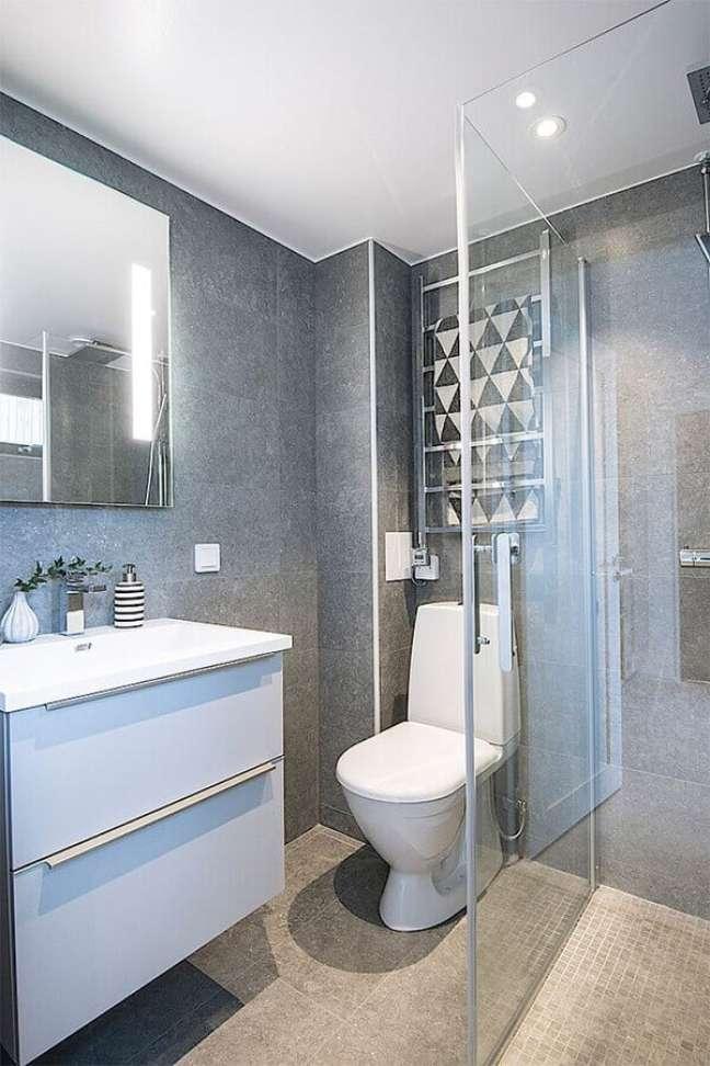 19. Decoração com gabinete branco para banheiro cinza moderno – Foto: Planete Deco