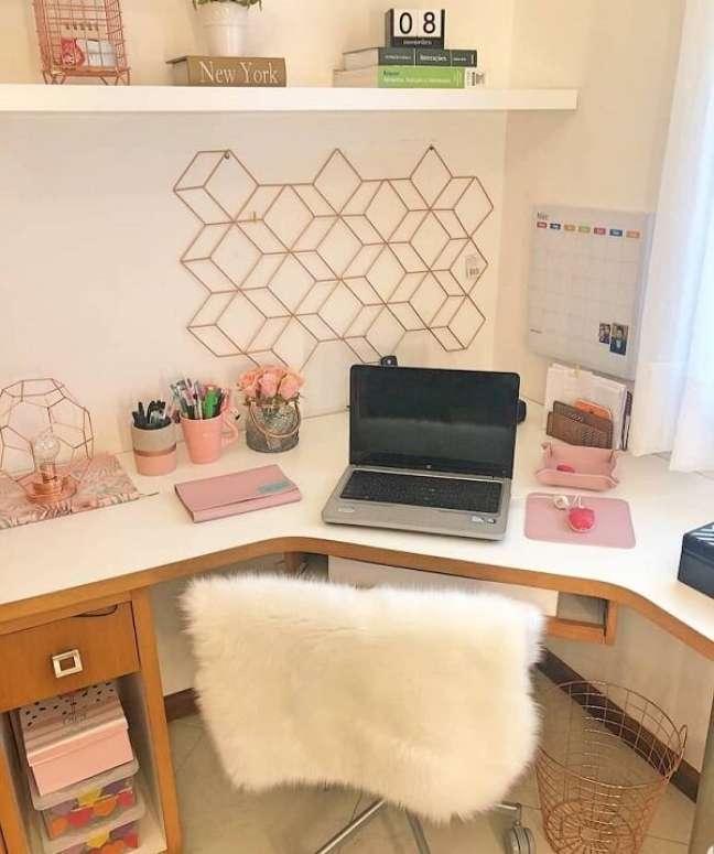 80. A mesa de canto aproveita melhor o espaço no escritório pequeno. Foto: Vivi´s Oliveira