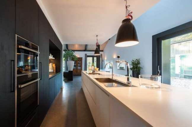 46. Cozinha luxuosa com bancada de quartzo branco e armários pretos planejados – Foto ID architectuur Homify