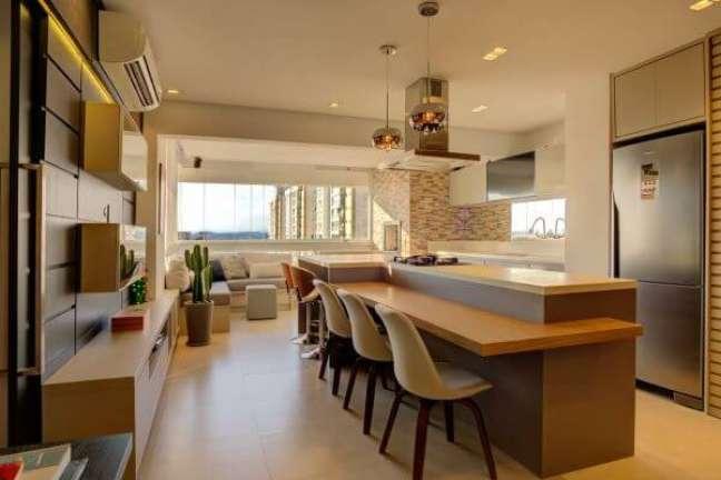 52. Decoração conceito aberto com bancada de quartzo branco e mesa de madeira – Foto Andrea Petini
