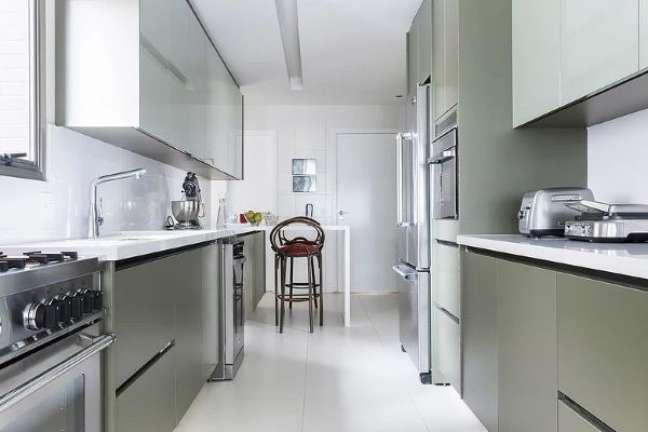 51. Cozinha verde com bancada de quartzo branco – Foto Paulo Azevedo