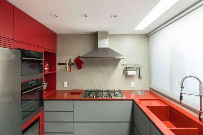 7. Bancada de quartzo vermelho para cozinha moderna – Foto Arquitetando ideias