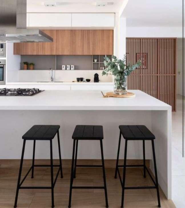 57. Ilha gourmet com bancada de quartzo cinza claro e banquetas pretas – Foto Carolina Druk