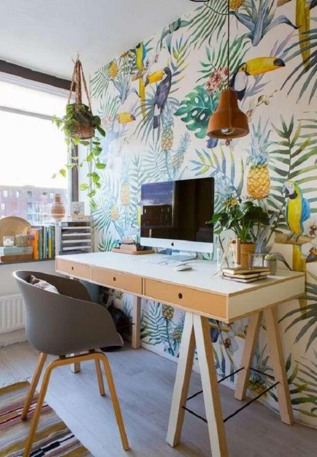 62. Decoração de escritório pequeno com papel de parede tropical. Foto: Pitaco e Achados