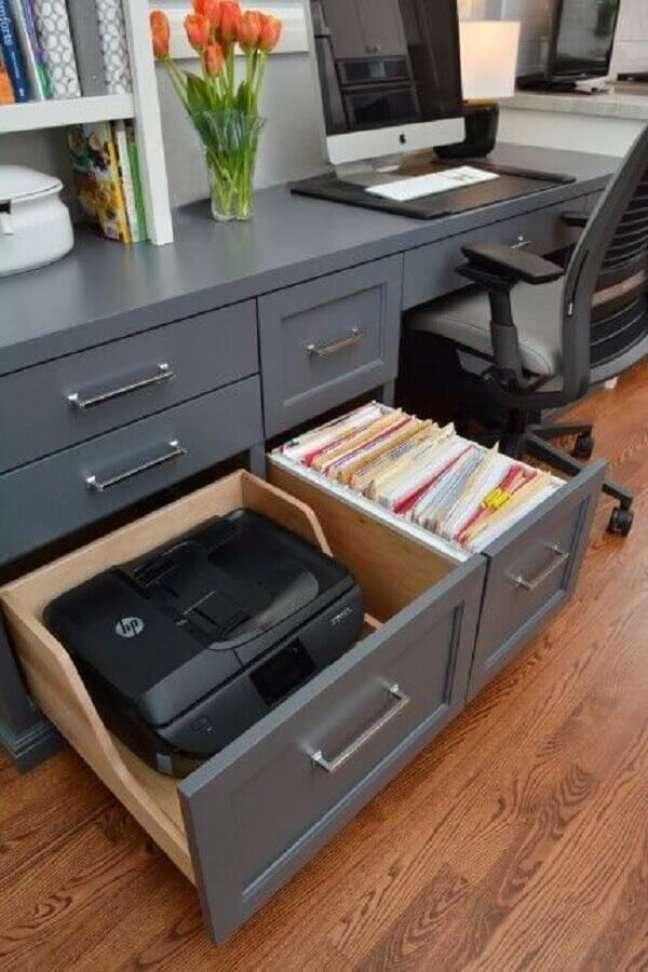 43. Invista em móveis planejados no escritório pequeno em casa. Foto: Shopify