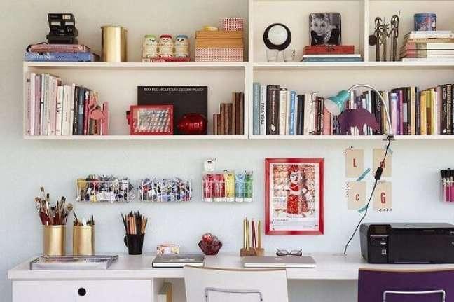 71. As prateleiras e nichos ajudam na decoração e organização do escritório pequeno. Projeto de Buji Decoração