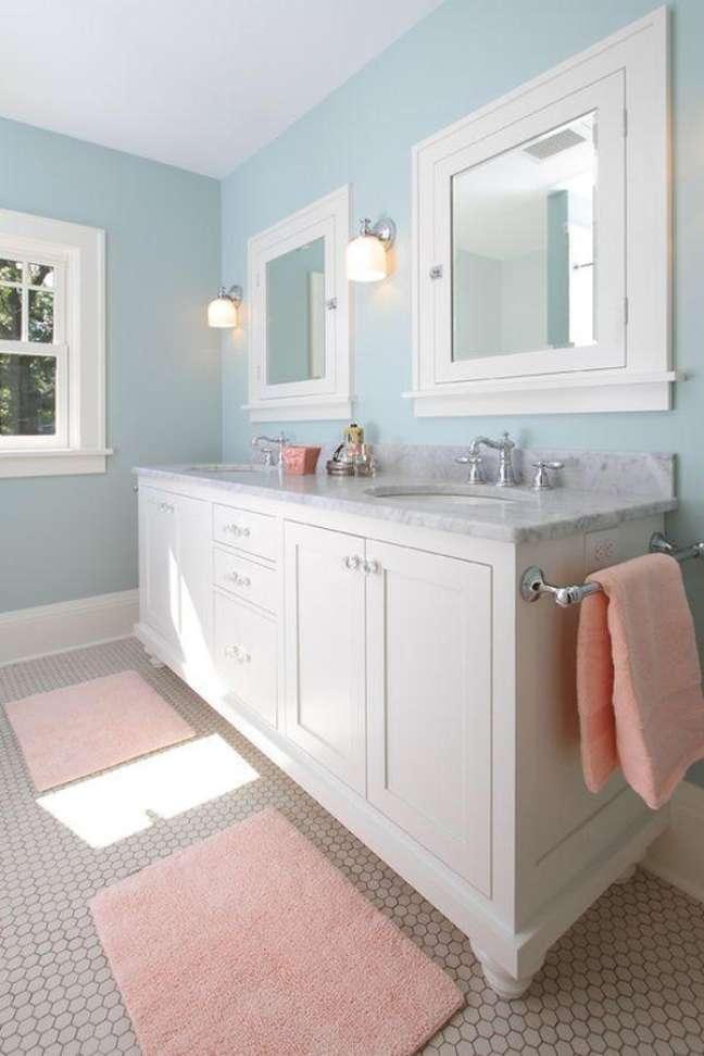 37. Gabinete branco antigo para decoração de banheiro azul pastel – Foto: W B Builders