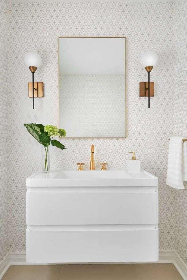 23. Banheiro com bancada de quartzo branca e papel de parede chique – Foto Diana Bastone Designs