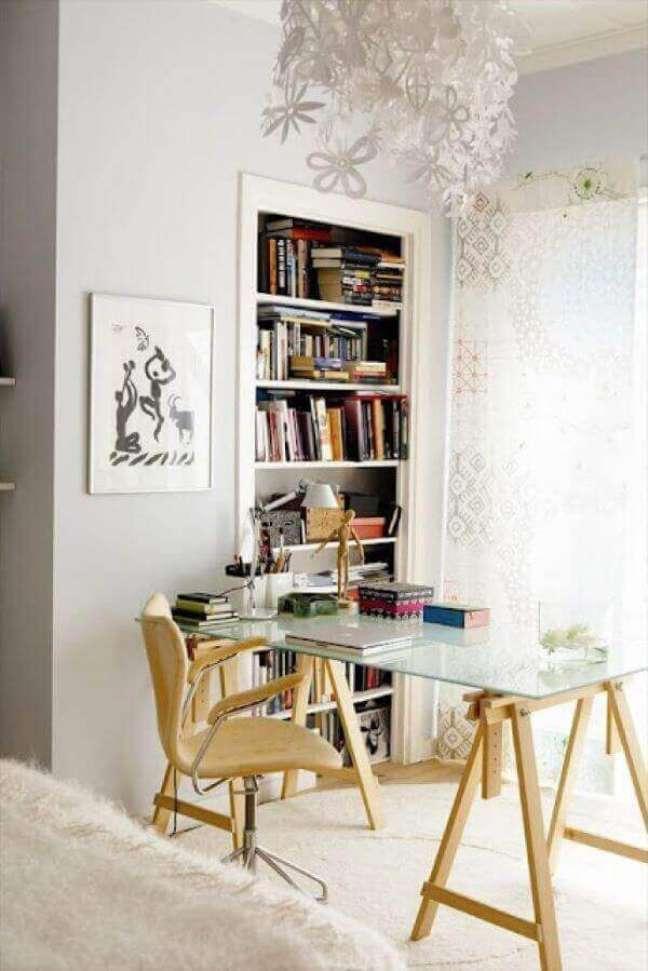 33. Mesa de vidro com cavalete de madeira decora o escritório pequeno. Foto: Service Central