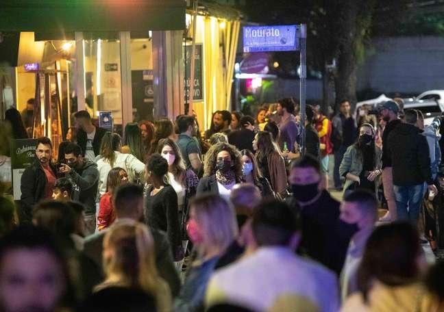 Movimentação intensa de pessoas em trecho com bares e restaurantes da rua Aspicueta, na região boêmia da Vila Madalena, na zona oeste de São Paulo