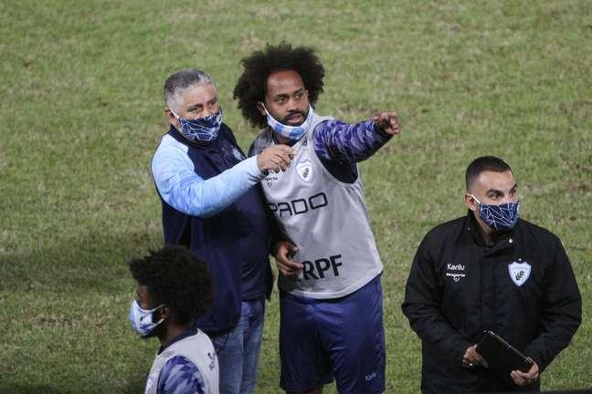 Celsinho, jogador do Londrina, aponta quem seriam os autores de ofensas racistas no duelo contra o Brusque