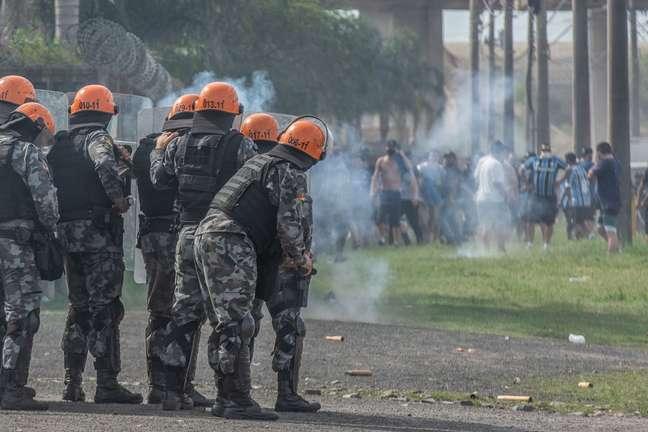 Policiais disparam bombas de efeito moral para dispersar torcedores durante protesto