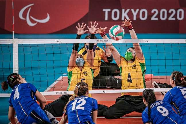 Jogadoras do Brasil de vôlei sentado bloqueiam italianas nesta quarta-feira Wander Roberto CPB