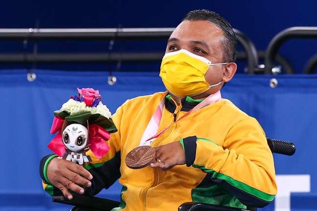 Maciel de Souza Santos ,da bocha, recebe a medalha de bronze nos Jogos Paralímpicos de Tóquio Takuma Matsushita CPB