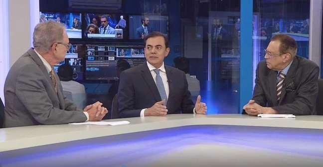 Marcos Tolentino sendo entrevistado pelos âncoras Hermano Henning e Nei Gonçalves Dias na Rede Brasil
