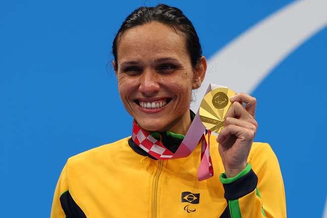 Maria Carolina Santiago mostra a mais nova medalha de ouro conquistada nesta quarta-feira Marko Djurica Reuters