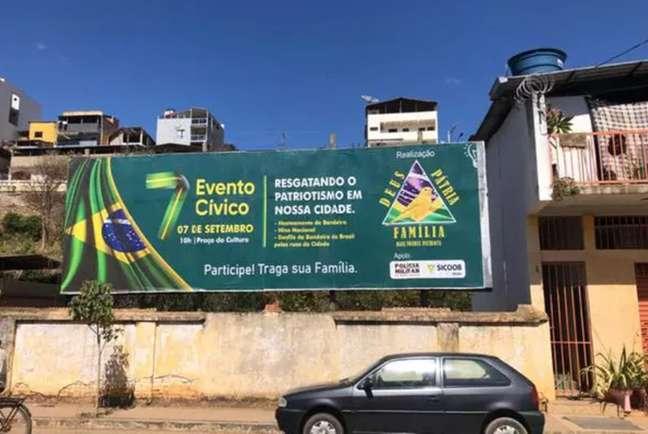 Outdoor traz o logo da PM de Minas Gerais
